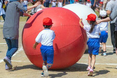 Sportliches Treffen der Grundschule Standard-Bild