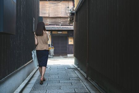 The Woman Who Walks the Alley in Kyoto, Japan 版權商用圖片 - 132126615