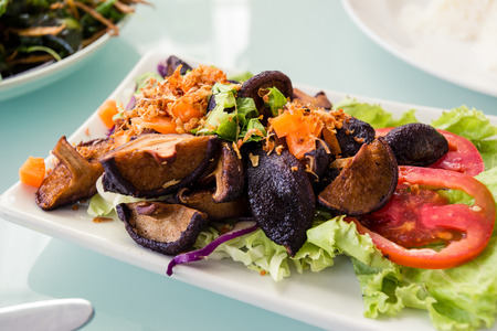 champignon: Mixed mushroom salad with hot chilly.