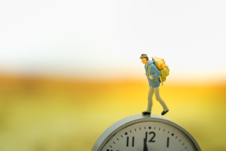 mapa conceptual: Concepto de viajes y tiempo La gente de la miniatura del viajero figura caminando de guardia.
