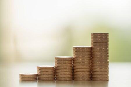 Concetto di affari, denaro, finanza, sicurezza e risparmio. Primo piano della pila di monete con spazio di copia.