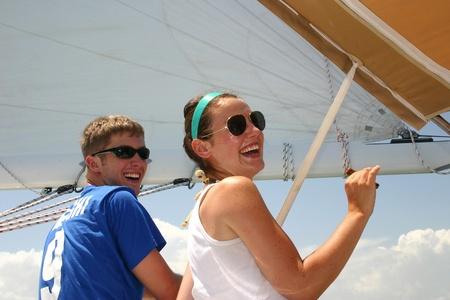 due amici: Due amici relax, il divertimento su una barca a vela
