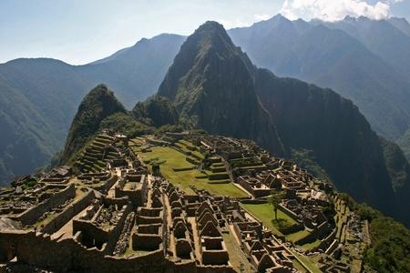 バック グラウンドでマチュピチュとワイナピチュの古代インカの遺跡 写真素材