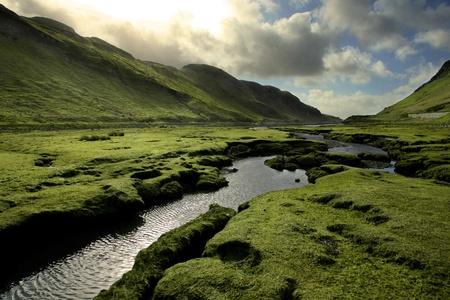 Vluchtige luchten en besmettelijke greens zijn kenmerkend voor de Schotse Hooglanden in de lente. Genomen op de Isle of Skye. Stockfoto