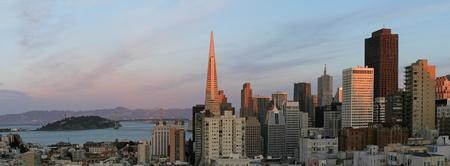 schateiland: San Francisco skyline bij zonsondergang, met Treasure Island en Brug van de Baai Stockfoto