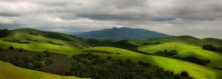 カリフォルニア州では春の美しい丘陵牧草地のパノラマ 写真素材