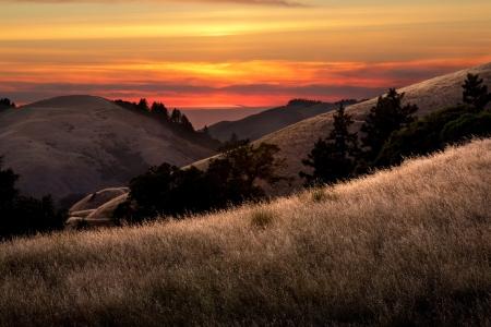 hermosa puesta de sol sobre los valles en las montañas de Santa Cruz de California Foto de archivo