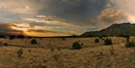 Stunning desert sunset over the Sandia Mountains of Albuquerque, New Mexico Banco de Imagens