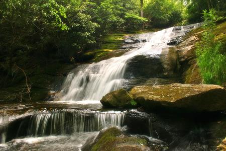 Schöner Wasserfall eingebettet in den üppigen Wäldern der Appalachen in North Carolina