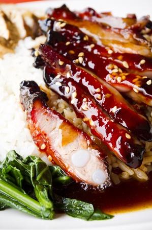 rib: costillas de cerdo asado de estilo chino con arroz, popular en los pa�ses asi�ticos, tomada en Singapur.
