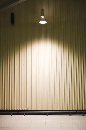 illumination: almac�n vac�o con un faro en el techo Foto de archivo