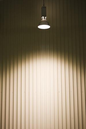 uprzejmości: pusty magazyn w świetle sufitu.