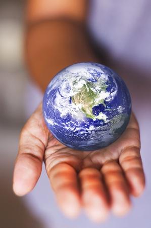 global problem: imagen compuesta de la tierra en la palma de la mano, para el uso de la tierra del medio ambiente o conceptual.