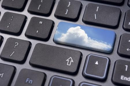 tecla enter: conceptos de computación en nube, con una imagen de la nube en tecla Intro del teclado.