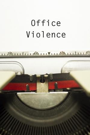 violence in the workplace: oficina o violencia en el trabajo, con el mensaje en papel m?quina de escribir.