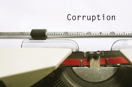 corrupcion: conceptos de corrupción, con el mensaje en papel máquina de escribir. Foto de archivo