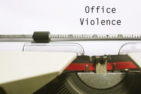 violence in the workplace: oficina o violencia en el trabajo, con el mensaje en papel m�quina de escribir.