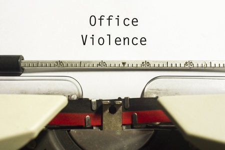 violence in the workplace: oficina o violencia en el trabajo, con el mensaje en papel m?ina de escribir.
