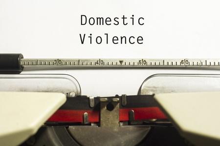 violencia sexual: concepto de la violencia dom?stica, con el mensaje en de papel m?quina de escribir.