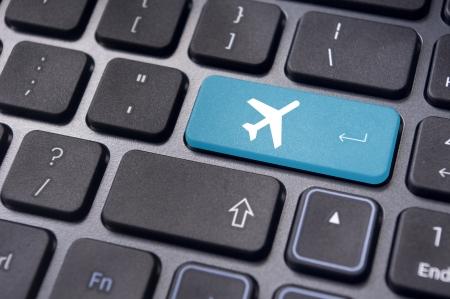 Un signe de plan sur le clavier, pour illustrer la réservation en ligne ou l'achat de billet d'avion ou concepts de voyages d'affaires. Banque d'images - 20325086