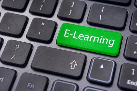 tecla enter: Conceptos de e-learning, el aprendizaje basado en computadora, con un mensaje en tecla enter del teclado.