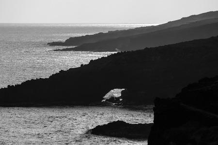 Arch and sea cliffs, south Maui coastline 免版税图像