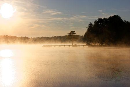 Lake during foggy sunrise, Poland, Gostynin-Wloclawek Landscape Park Stockfoto