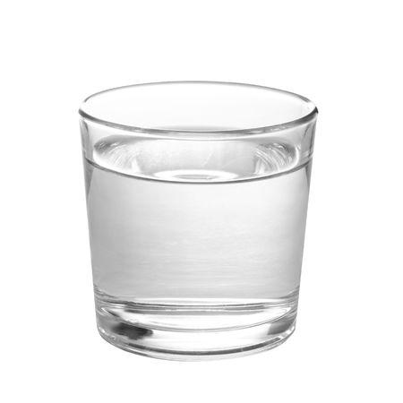 Verre à eau isolé sur fond blanc