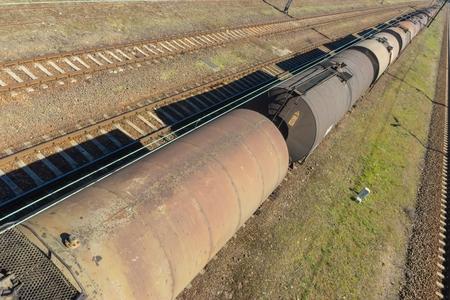 Vagones cisterna y vías de ferrocarril
