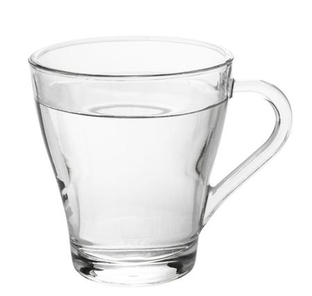 Vaso de agua aislado sobre fondo blanco.