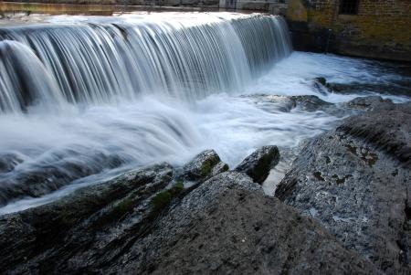 Visualizzazione orizzontale di una piccola cascata Archivio Fotografico - 6384475