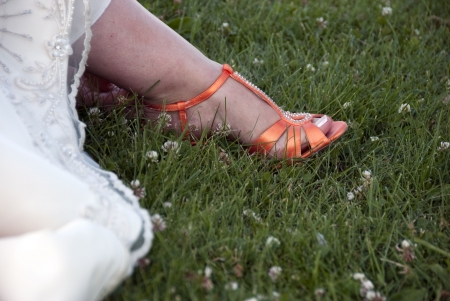 Orange shoes of bride with maincured toes Archivio Fotografico