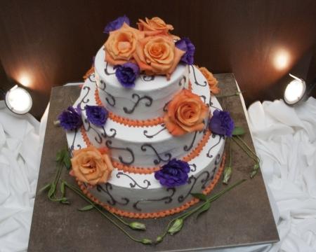 Bovenaanzicht van de bruids taart met paarse en oranje decor