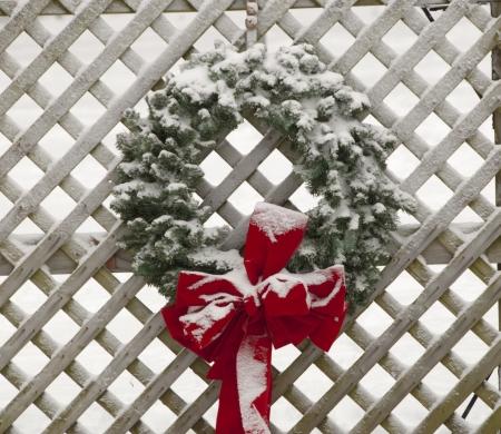 Innevate corona di fiori sulla recinzione Archivio Fotografico - 17078676