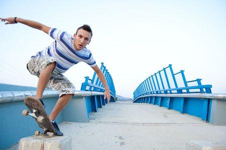 ni�o en patines: skater realizando un truco de labio en el puente Foto de archivo