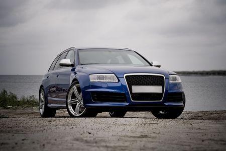 alto rendimiento: Familia de alto rendimiento coche en una playa