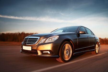 ruedas de coche: Nuevo coche deportivo de conducci�n r�pida hacia la puesta del sol