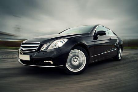 ruedas de coche: Vista frontal de lujo negro coupe conducci�n r�pida Editorial