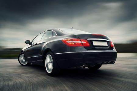 luxe: Vue arri�re de noir coup� de luxe de conduire vite Editeur