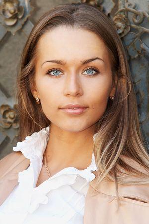 cabello casta�o claro: Retrato de detalle de una hermosa dama joven