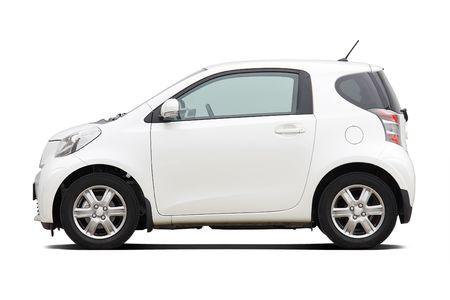 shiny car: Zijaanzicht van de ultra compacte stadsauto op wit wordt geïsoleerd  Redactioneel