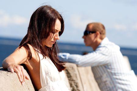 fille triste: Un homme et une femme sur un quai