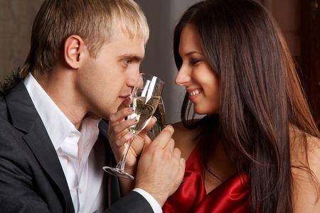 diner romantique: Jeunes heureux couple avec champagne lunettes � la c�l�bration