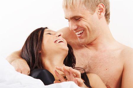 sexo pareja joven: Pareja joven que se divierten y riendo en la cama