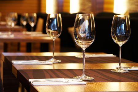 restaurante italiano: Copas de vinos en una tabla en un restaurante
