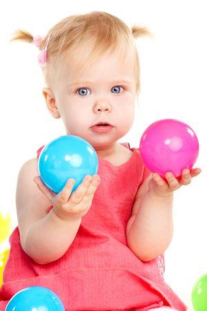 jouet b�b�: Petite fille de b�b� jouer avec deux balles isol�es sur blanc  Banque d'images