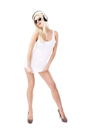 piernas sexys: Mujer sexy en camisa blanca y gafas de sol a la escucha de la m�sica usando auriculares