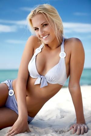 beach babe: Sexy ragazza bionda, posano su una spiaggia