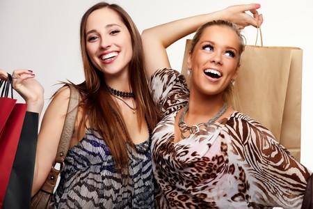 chicas de compras: Dos adolescentes felices en un shopping