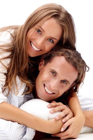 pareja saludable: Feliz sonriente joven pareja aislado en blanco  Foto de archivo